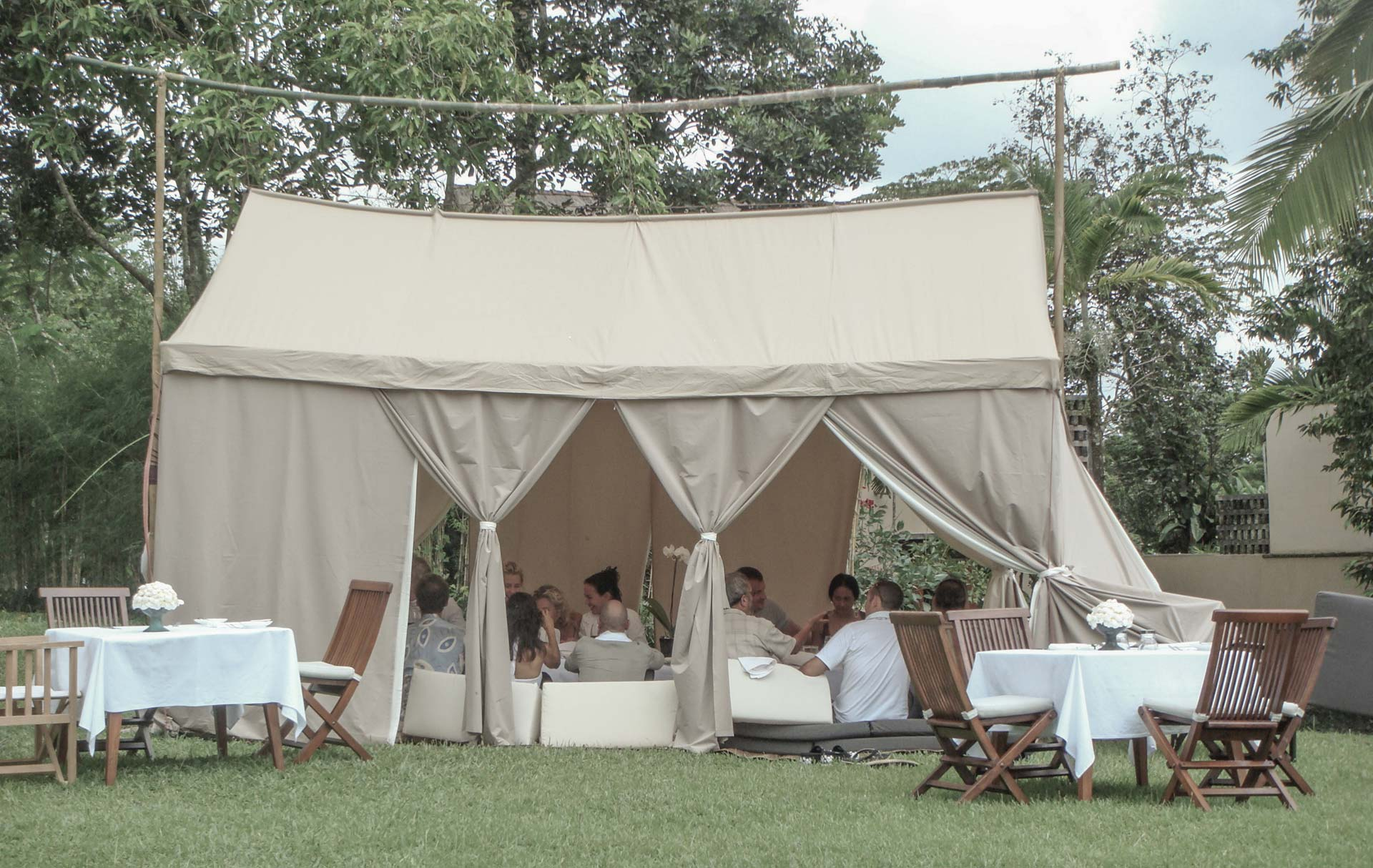 Exclusive dining tent experience with escape nomade top for Architecture nomade