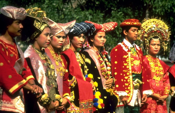 the minangkabau kingdom Aside known for their delicious cuisine (trust me, they are never the second best), minangkabau ethnic group is also known as the world's largest matrilineal society.